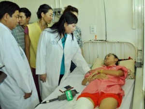 Tin tức trong ngày - Nữ sinh bị cưa chân bật khóc khi gặp Bộ trưởng Y tế