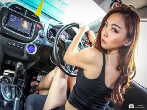 """Chân dài Á Đông """"nổi loạn"""" bên xế Honda Jazz Hybrid"""