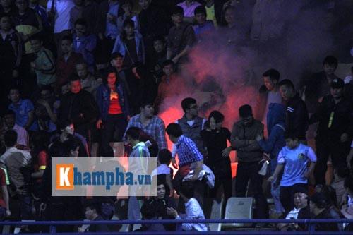 """ĐT Việt Nam thắng đậm, fan đốt pháo sáng, """"vây"""" cầu thủ - 2"""