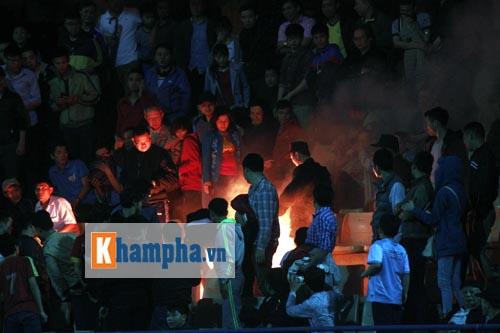"""ĐT Việt Nam thắng đậm, fan đốt pháo sáng, """"vây"""" cầu thủ - 3"""