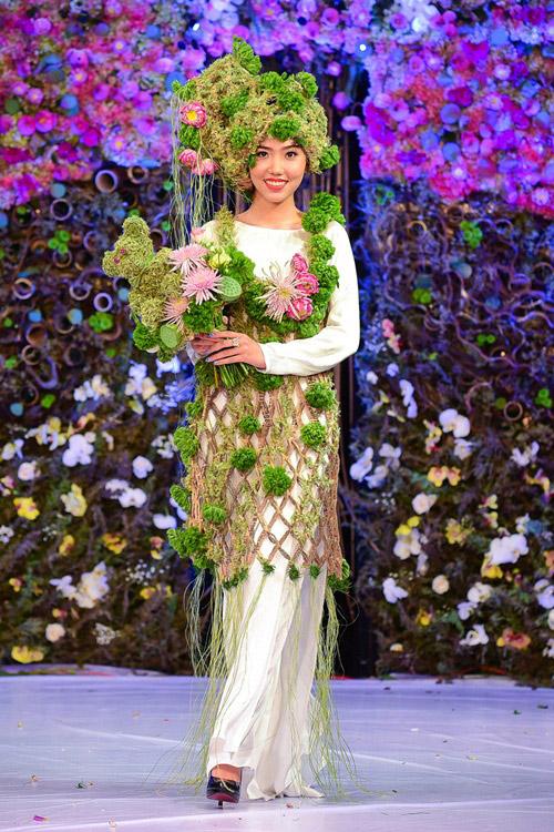 Lan Khuê diện áo dài kết hoa tươi duyên dáng - 4