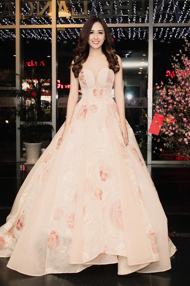 Mai Phương Thúy là một trong những người đẹp yêu thích sựngọt ngào, thanh lịch của những gam màu pastel. Với ưu thế làn da trắng mịn màng, cô khéo léo chọn một bộ cánh hồng pastel nhẹ nhàng, tôn dáng.
