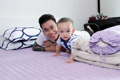 Lê Hoàng (The Men) trổ tài chăm con nhỏ cực khéo - 3