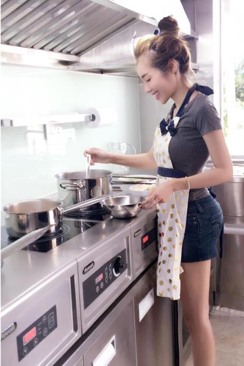 Facebook sao 21.3: Elly Trần trổ tài mẹ đảm - 2