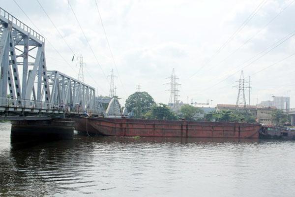 Cầu đường sắt hơn 100 tuổi liên tiếp bị sà lan đội gầm - 4