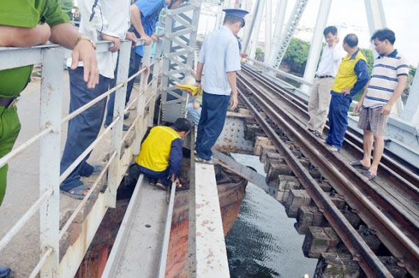 Cầu đường sắt hơn 100 tuổi liên tiếp bị sà lan đội gầm - 6