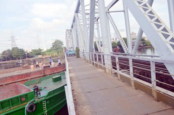 Cầu đường sắt hơn 100 tuổi liên tiếp bị sà lan đội gầm - 7