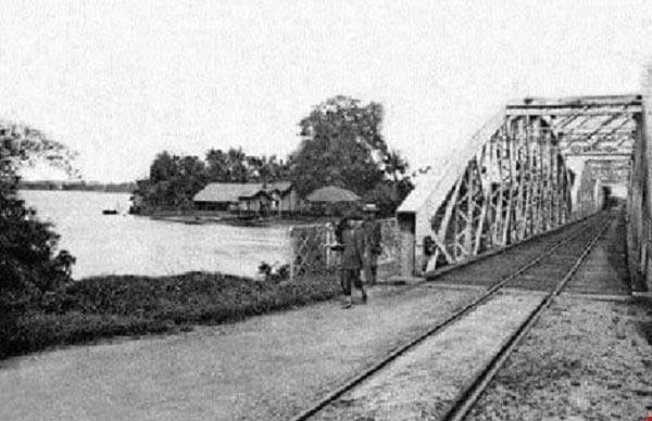 Cầu đường sắt hơn 100 tuổi liên tiếp bị sà lan đội gầm - 12