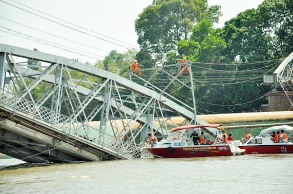 Cầu đường sắt hơn 100 tuổi liên tiếp bị sà lan đội gầm - 10