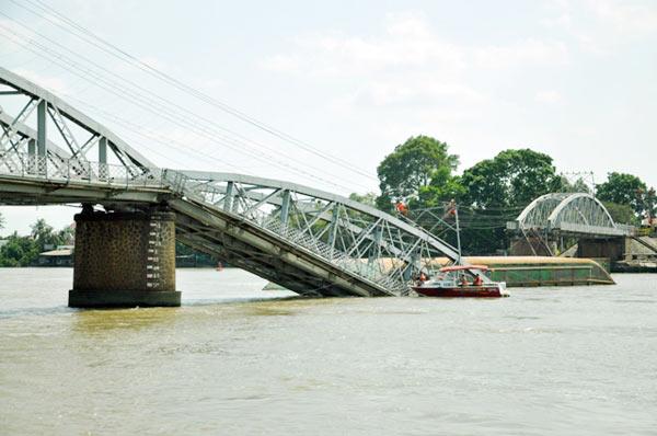 Cầu đường sắt hơn 100 tuổi liên tiếp bị sà lan đội gầm - 11