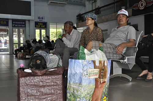 Cầu Ghềnh sập, hành khách lũ lượt trả vé ở ga Sài Gòn - 7