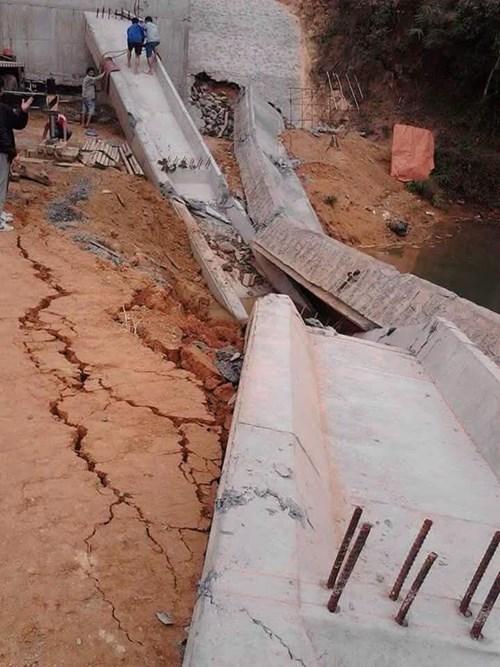 Đang thi công, dầm cầu sập rơi xuống lòng suối - 1
