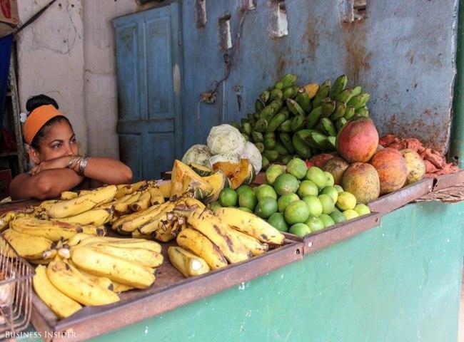 Cô gái bán hoa quả ở Havana.