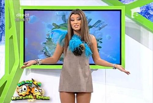 """MC truyền hình gây sốc vì gu ăn mặc """"thiếu vải"""" - 10"""
