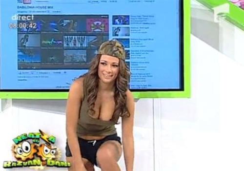 """MC truyền hình gây sốc vì gu ăn mặc """"thiếu vải"""" - 12"""