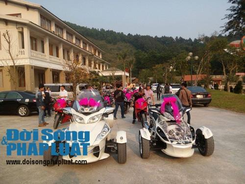 Cận cảnh dàn xe siêu sang tại đám cưới làng ở Hà Tĩnh - 1