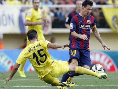 """Sút bóng gãy tay fan nữ, Messi """"phớt lờ"""" xin lỗi - 1"""