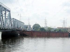 Tin tức trong ngày - Cầu đường sắt hơn 100 tuổi liên tiếp bị sà lan đội gầm