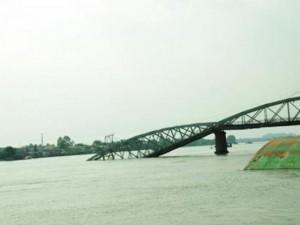 Tin tức trong ngày - Đã xác định được vị trí dầm cầu Ghềnh dưới lòng sông