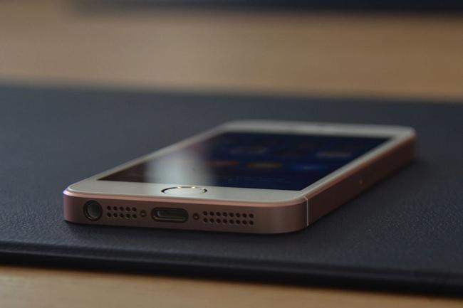 """iPhone SE được xem là """"sự hòa trộn"""" giữa iPhone 6s và iPhone 5s."""