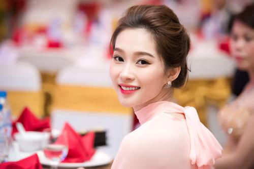 Hoa hậu Thu Thảo đẹp như tiên nữ khi tới Hà Nội - 6