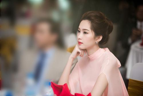 Hoa hậu Thu Thảo đẹp như tiên nữ khi tới Hà Nội - 7