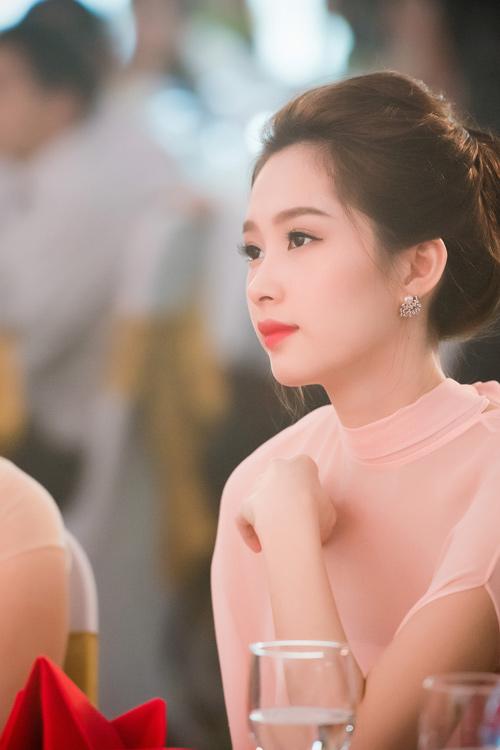 Hoa hậu Thu Thảo đẹp như tiên nữ khi tới Hà Nội - 1