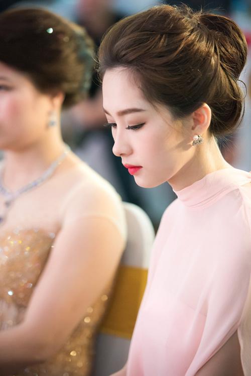 Hoa hậu Thu Thảo đẹp như tiên nữ khi tới Hà Nội - 8