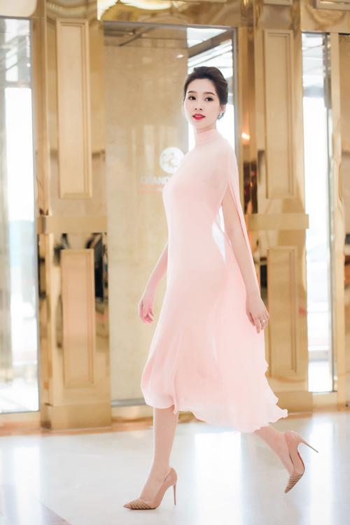 Hoa hậu Thu Thảo đẹp như tiên nữ khi tới Hà Nội - 2