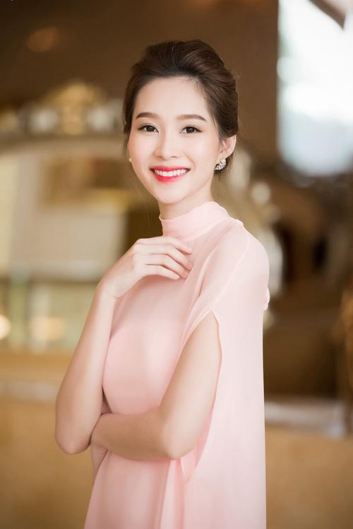 Hoa hậu Thu Thảo đẹp như tiên nữ khi tới Hà Nội - 9