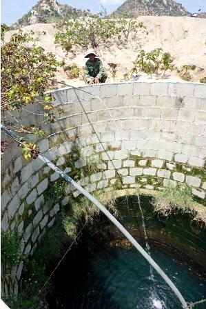 Khoan giếng tìm nước giữa lòng hồ - 5