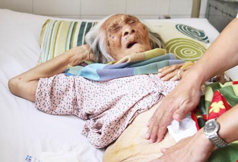 Thay khớp háng cho cụ bà 98 tuổi bị gãy xương đùi - 1