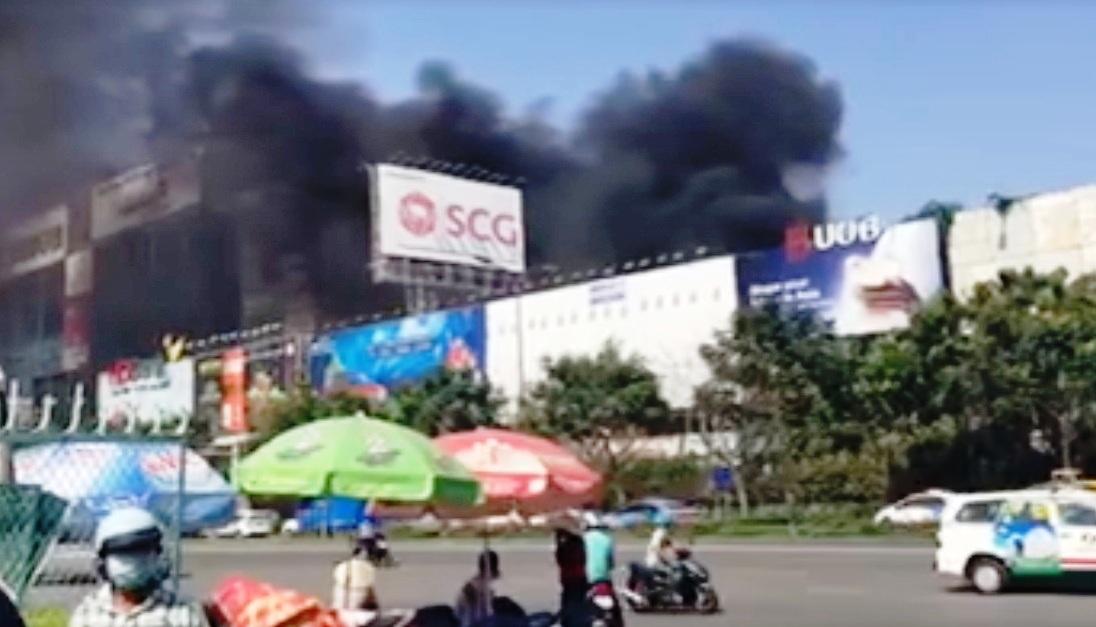 Vụ cháy gần sân bay Tân Sơn Nhất - 1