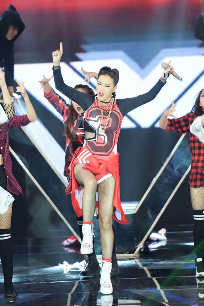 """Trong đêm chung kết The Remix diễn ra cuối tuần qua, nữ ca sĩ Maya mặc một bộ bodysuittheo phong cách thể thao khá """"ngầu""""."""