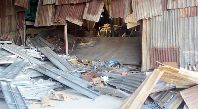 Hàng tấn mâm giáo chôn vùi 3 công nhân ở Sài Gòn - 1