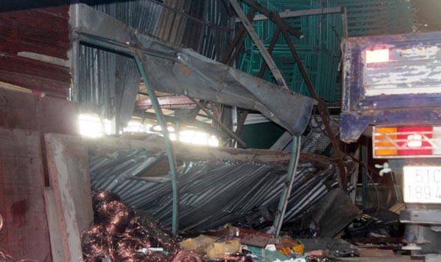 Hàng tấn mâm giáo chôn vùi 3 công nhân ở Sài Gòn - 3