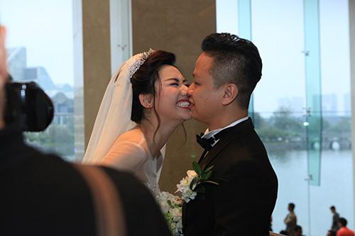 Trà My ngượng ngập hôn chồng đại gia trong đám cưới - 13