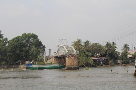 Thông luồng giải tỏa tàu thuyền ùn tắc 2 bên cầu Ghềnh - 2