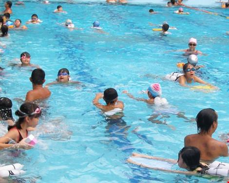 Nhiều mẫu nước hồ bơi có mùi lạ - 1