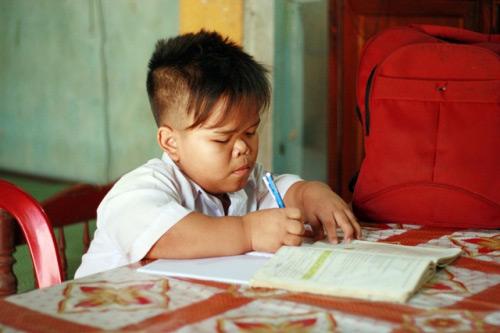 Hành trình đến trường khó nhọc của cậu bé mắc não úng thủy - 1