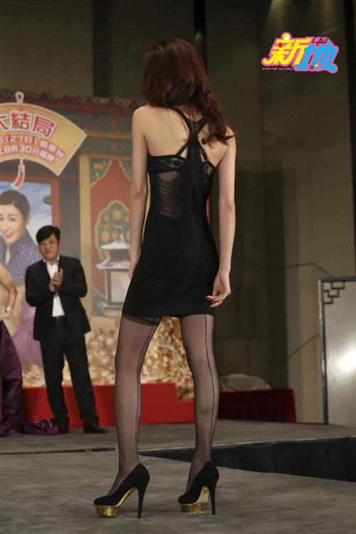 Hoa hậu bị chê xấu gây sửng sốt với đầm xuyên thấu - 4