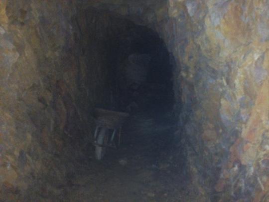 """Sẽ lấp """"hầm rượu"""" xuyên núi của bí thư huyện - 1"""