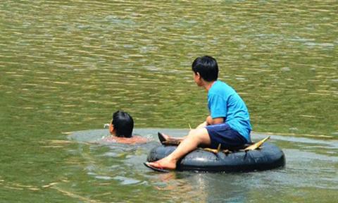 """Cầu treo """"treo"""" mãi, dân vượt sông bằng săm ô tô - 3"""