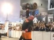 """Thể thao - """"Thần Thor"""" hiện đại 1 tay nâng tạ kỷ lục 140kg"""