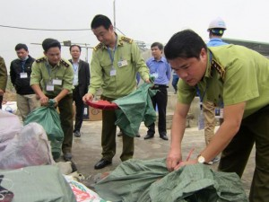 Thị trường - Tiêu dùng - HN: Tiêu hủy hơn 12 tấn hàng nhập lậu, kém chất lượng