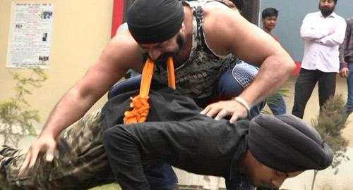 """""""Người sắt"""" Ấn Độ: Đao thương bất nhập - 2"""
