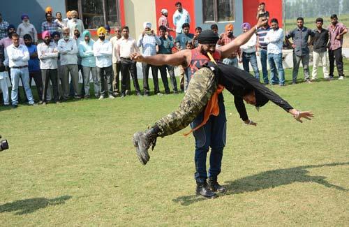 """""""Người sắt"""" Ấn Độ: Đao thương bất nhập - 3"""