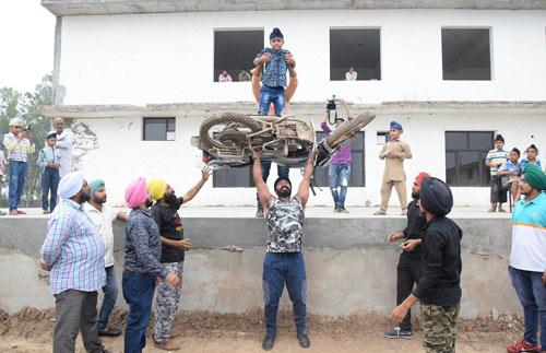 """""""Người sắt"""" Ấn Độ: Đao thương bất nhập - 5"""