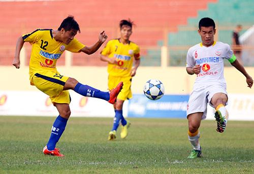 """VCK U19 QG: """"Đàn em"""" Văn Quyết bị đuổi vì chơi xấu - 1"""
