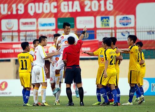 """VCK U19 QG: """"Đàn em"""" Văn Quyết bị đuổi vì chơi xấu - 3"""
